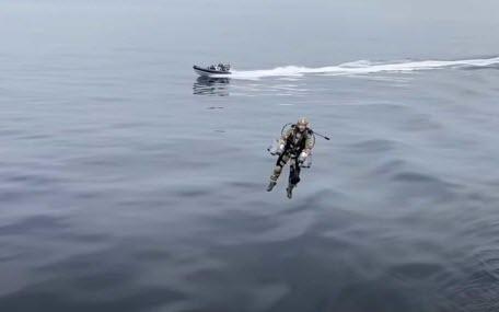 Британская морская пехота провела учебный абордаж с помощью реактивных ранцев