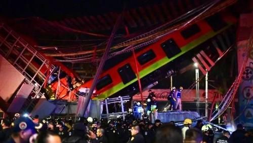 В Мехико обрушился мост с составом метро