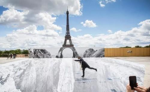 Эйфелева башня превратилась в «оптическую иллюзию» в ожидании открытия 16 июля