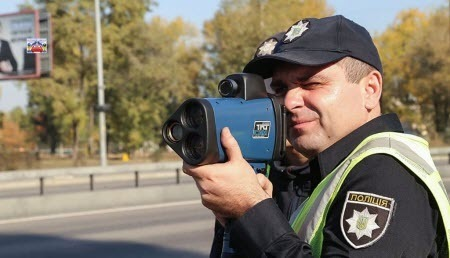 Закон не дозволяє працівнику поліції вимірювати швидкість руху приладом TruCAM з рук